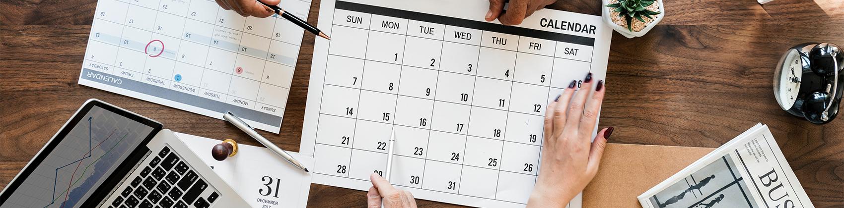 Kalender op bureau